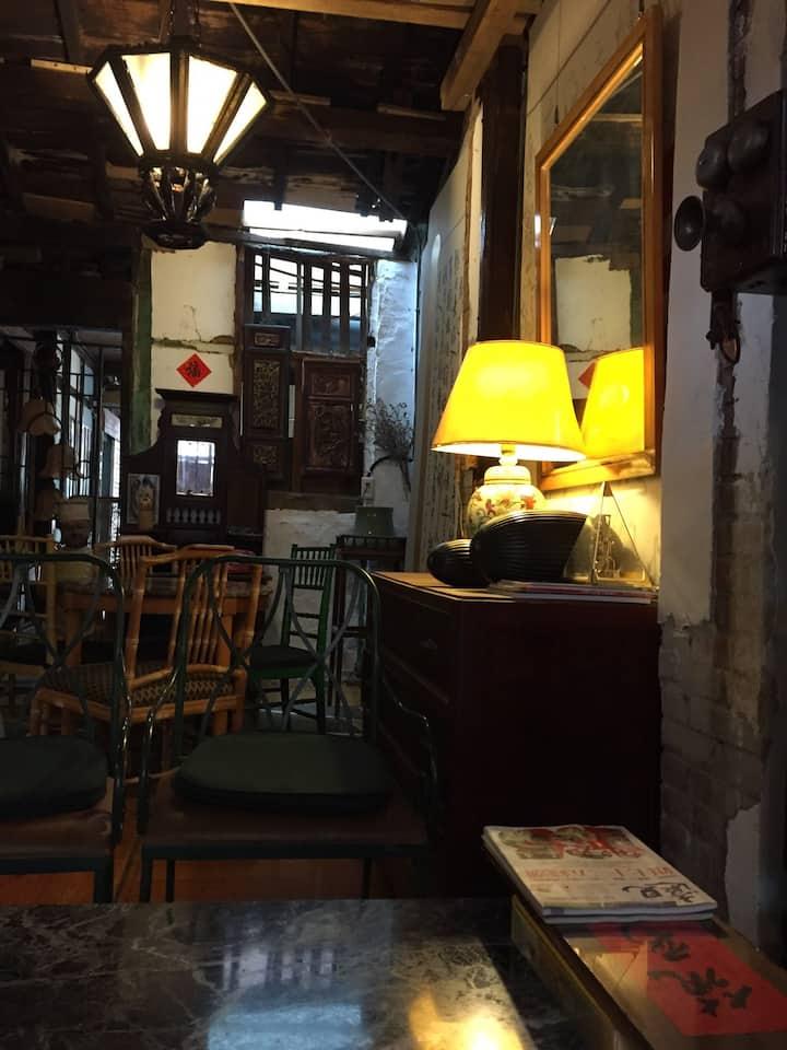 隱密的後院小閣樓 位於竹山鎮市中心,緊貼臨連興宮三級古蹟、來發打鐵店及傳統菜市場。