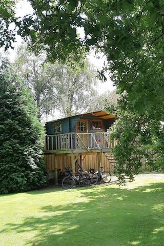 Back to basic treehouse in garden Ouwerveldezicht.