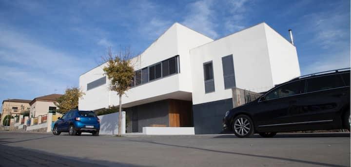 Casa moderna con piscina privada y barbacoa