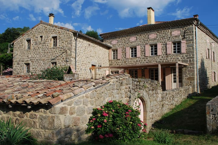 Vintage Holiday Home in Saint-Étienne-de-Serre with Pool