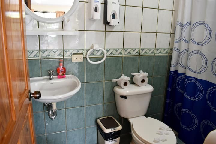 2 Double Bed, AC, Private Bathroom-Quepos Paraíso