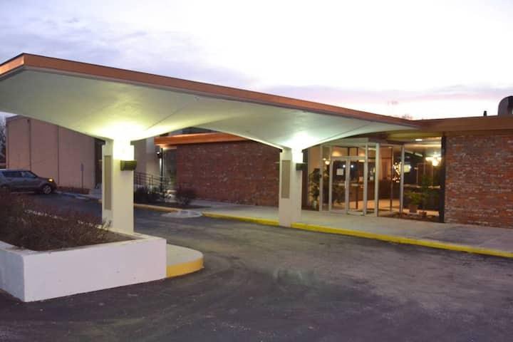 Cascades Inn Womens Hostel Bed, w/breakfast! Near IU