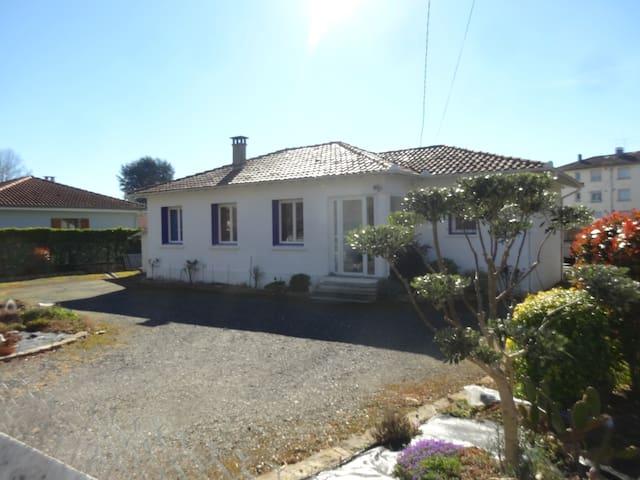 Chambre dans villa , au calme , en bord de Garonne