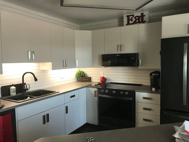GREAT 2 BEDROOM BATHROOM KITCHENETTE LOWER LEVEL
