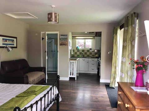 Self contained, dog friendly studio with Sea Views