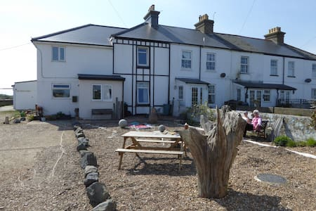 Entire 2 Bed Cottage, sea views, close to beach. - Dungeness
