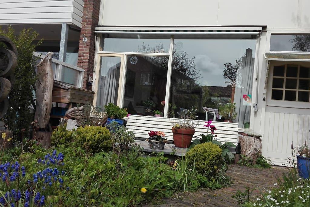 terras voorkant huis