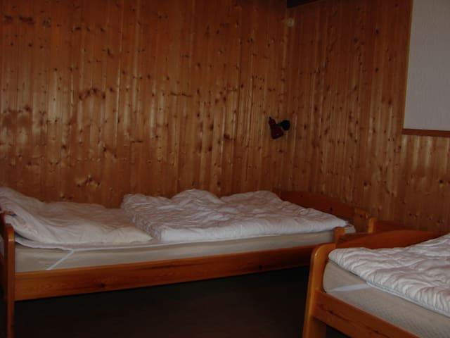 Schlafzimmer 2 2 Einzelbetten, Kleiderschrank zusätzlich ist es möglich ein Gästebett aufzustellen