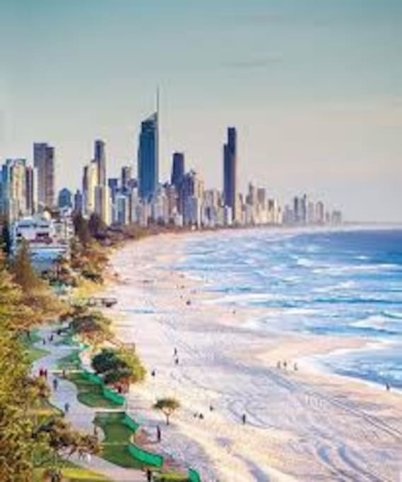 10 min drive from Surfers Paradise Beaches and Nightlife. $15-$20 Uber ride home.
