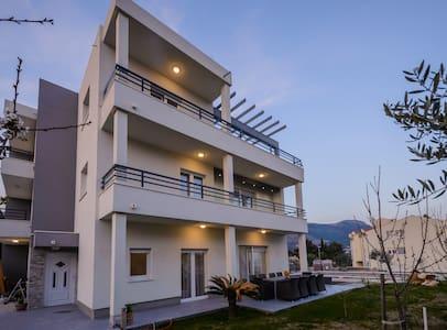 Brand new Villa with swimming pool, peaceful area - Kaštel Novi - วิลล่า