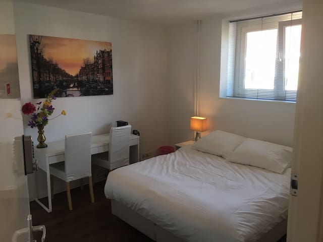 Cozy apartment near Amsterdam Centre (A)