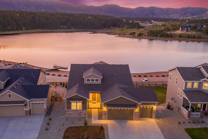 *Grand Opening* Brand New Lakefront Luxury Home, 3 Kings!, Hot Tub, AC, Paddle Boards, Kayaks, Views
