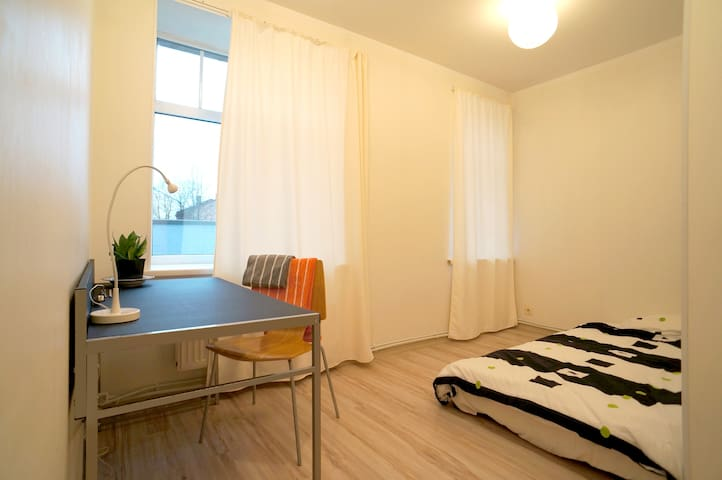 Spacious bedroom, 15 min from Old Town by tram - Rīga - Apartment