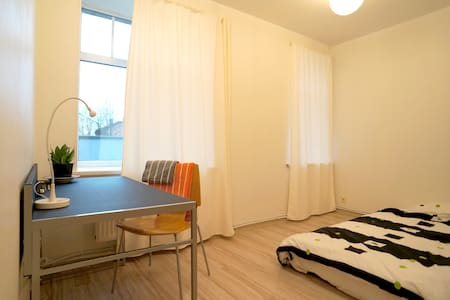 Spacious bedroom, 15 min from Old Town by tram - Ryga