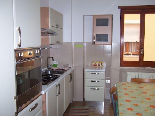 confortevole appartamento per vacanze o lavoro - Fondi - Byt