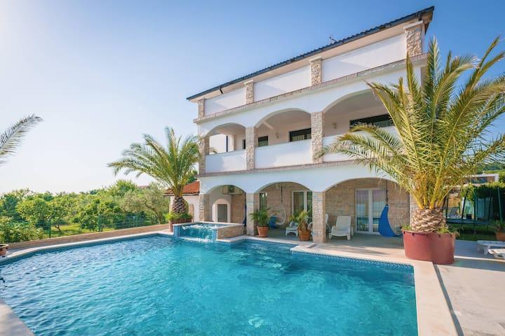 Villa Arta with 65 m2 Pool, Jacuzzi and Sauna