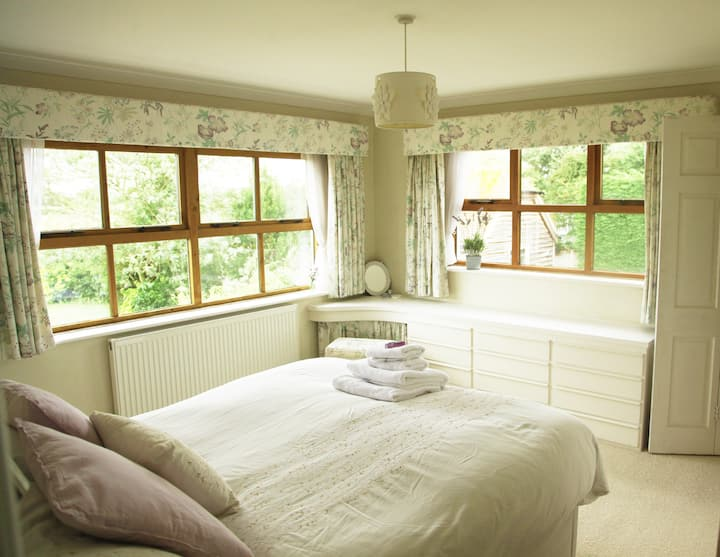 Lovely King en suite B&B close to Goodwood Hotel