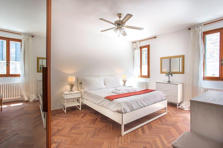 New Renovated Near San Marco 2 bedroom, 7 pax WiFI