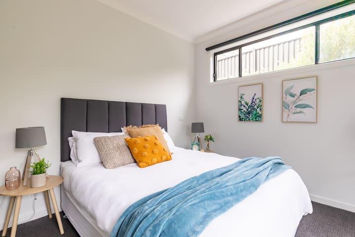 Bedroom 4, queen bed (ground floor)