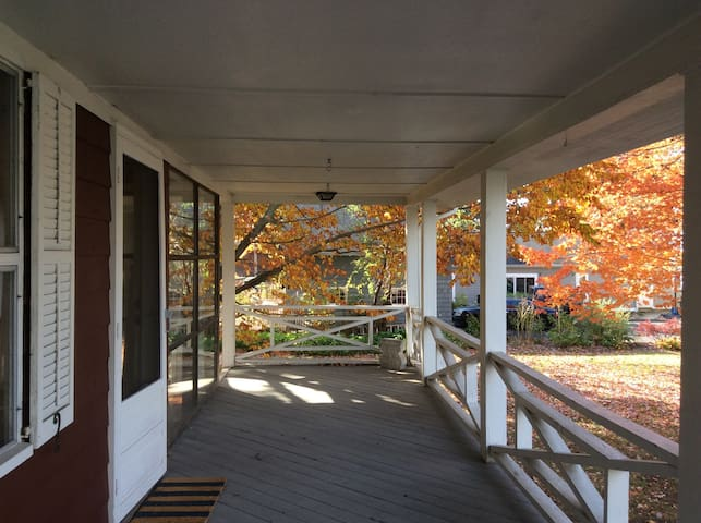 Bright, airy cottage near beach, Commuter train. - Branford