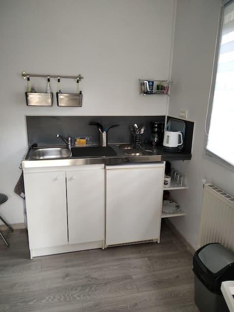 petite chambre équipée kitchenette avec s de bain.