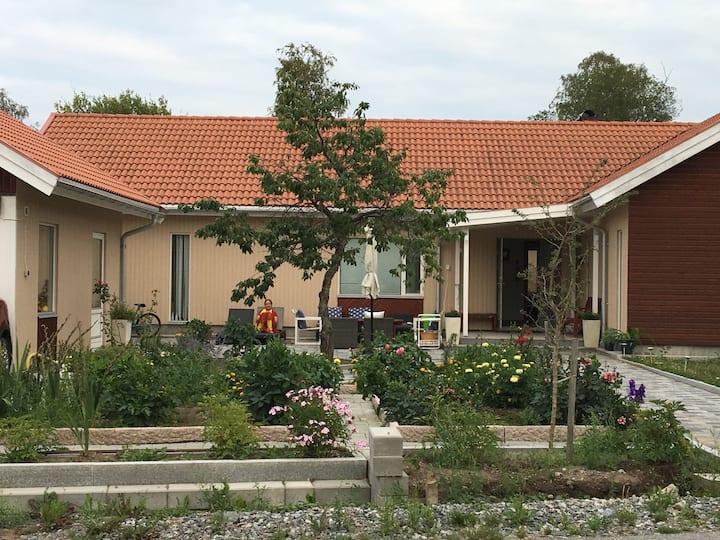 2 möblerad rum uthyres  i en stor nybyggd villa .