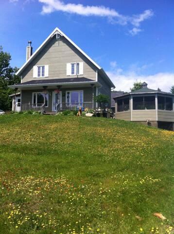 Jolie maison avec vue sur le fleuve et montagnes - Les Éboulements - House