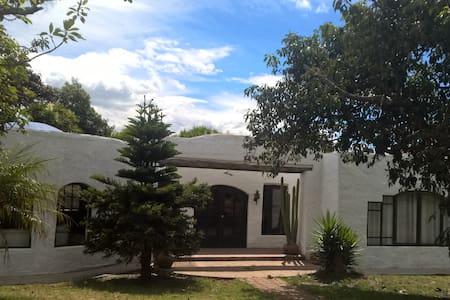 Casa Grande Entre El Aeropuerto de Quito y Quito - Quito