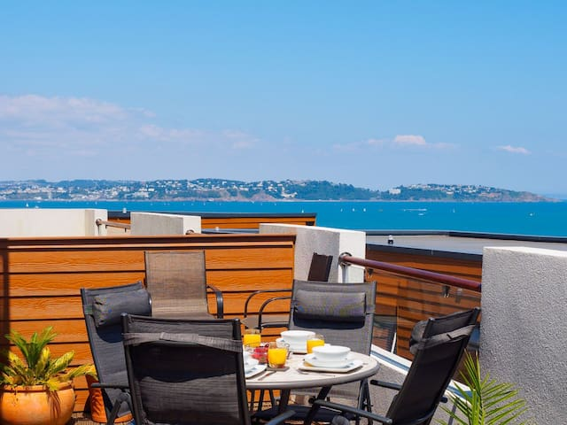 Dunlin 3 The Cove - luxury apartment with large terrace & sea views, swimming pool, parking & wi-fi
