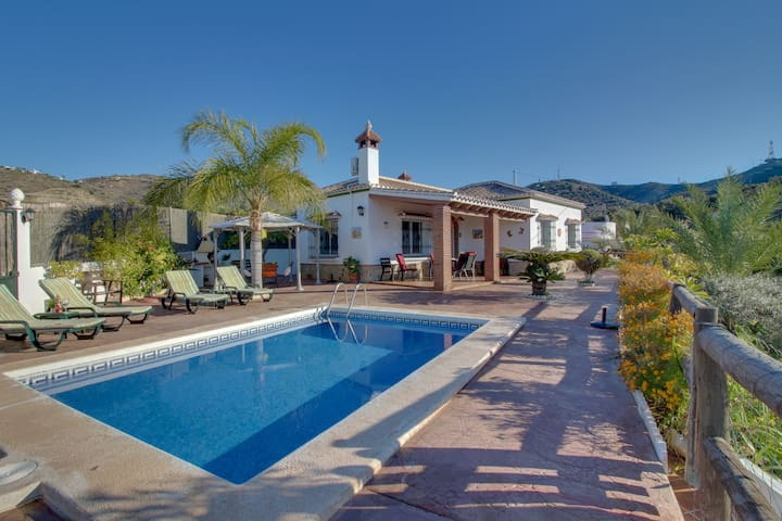 Villa El Pino, Hilltop Villa with Pool and amazing View