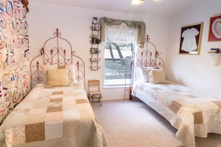 Suite Sarah, comfortable luxurious bedding, white noise machine, fresh flowers and chocolates.