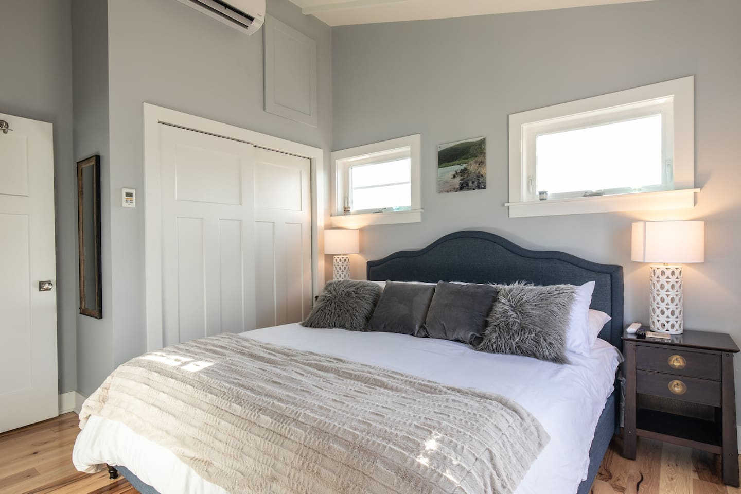 Comfy King bed with brand new sheets, smart TV, desk, a great view of Santa Monica and a walk in shower!