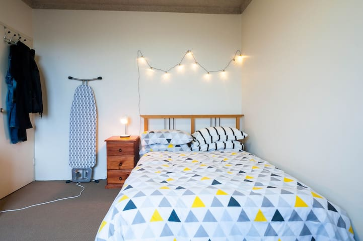 Beautiful, airy, well lit one bedroom apartment. - Marrickville