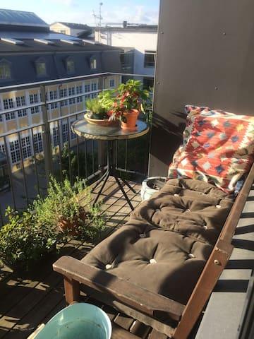 Værelse i dejlig lys lejlighed med 2 altaner