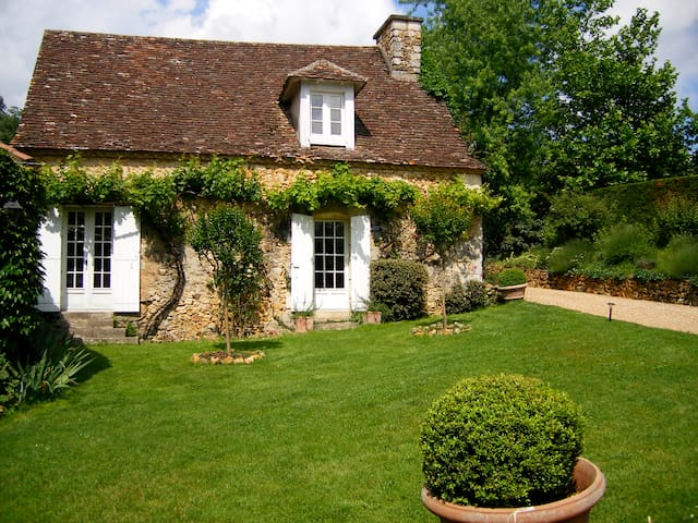 Charming Cottage in Animal Sanctuary, Dordogne