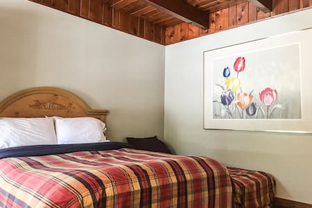 The Wee Washoe Studio,  Fresh Paint, new floors - South Lake Tahoe - Chalet