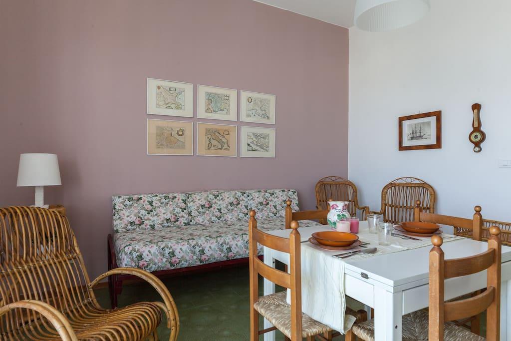 Il soggiorno con divano letto (settimo posto). The living room with sofa bed (seventh bed).