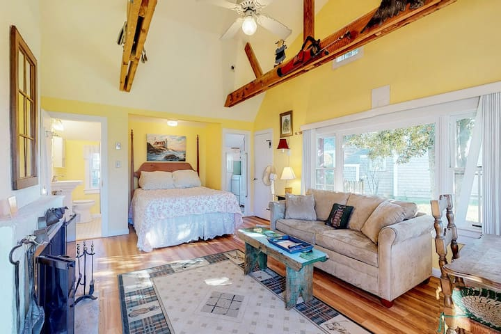 NEW LISTING! Oceanfront studio cottage w/fireplace - walk to private beach
