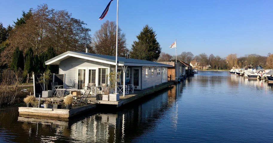 Beautiful Houseboat with a magnificent view - Oegstgeest - House