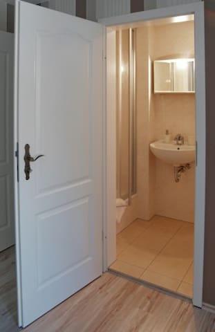 Modernes Einzelzimmer mit eigenem Bad