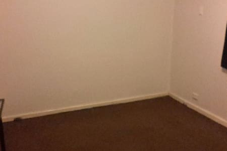 Room Available - 10 min to Airport - House