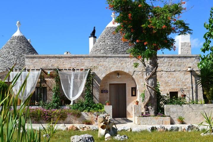 """B&B """"Trullicolarossa"""" trullo Viola - Alberobello - Bed & Breakfast"""