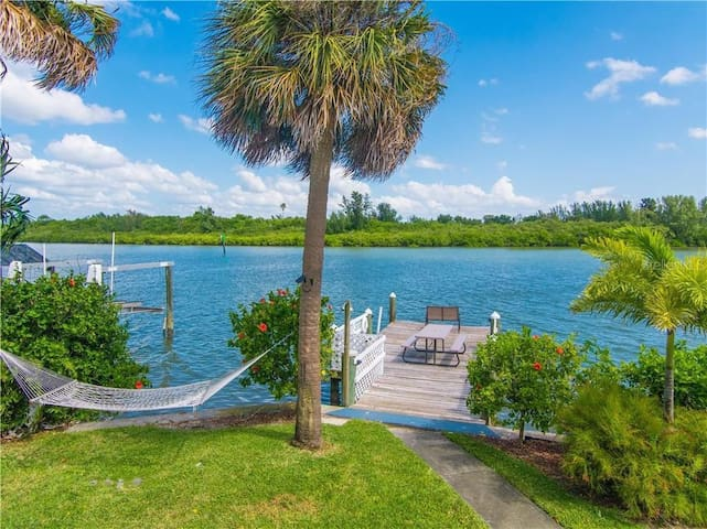 BEACH AND BOAT 1 BDRM 1 BA ON THE WATER WITH DOCK!