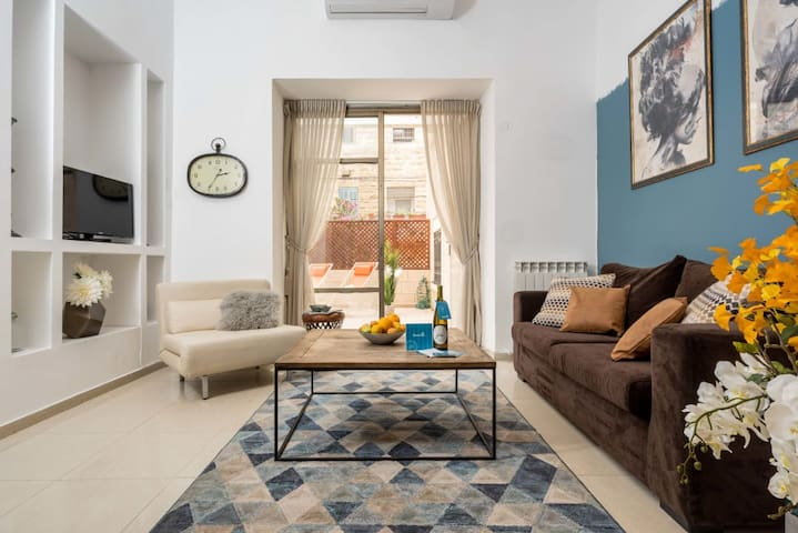 Renovated 2BR in the German Colony *Garden Terrace