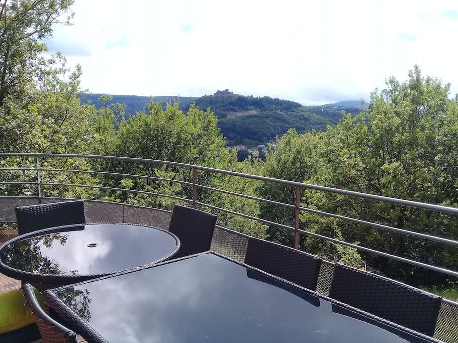 """Le """"coin repas"""" sur la terrasse."""