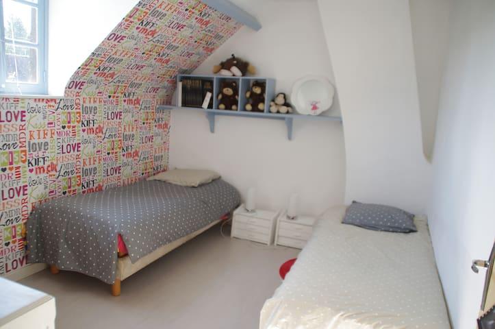 Petite chambre 2 lits indépendants de 80 cm, tête et pied relevables.