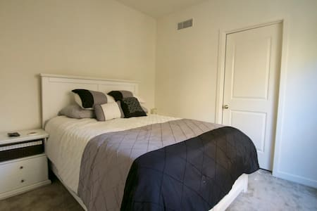 Bdrm with prvt bath! Close to freeway! - Irvine
