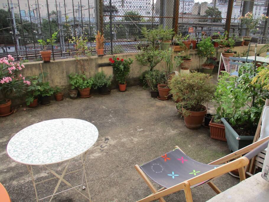 Petite terrasse, collective, à utiliser calmement