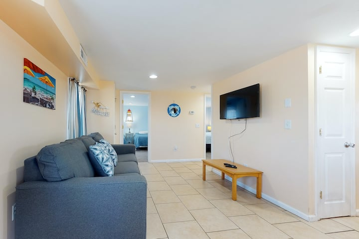 Bright and spacious home w/ free WiFi & outdoor shower - short walk to beach!