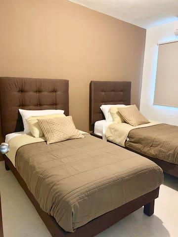 Recámara con 2 camas individuales con A/C